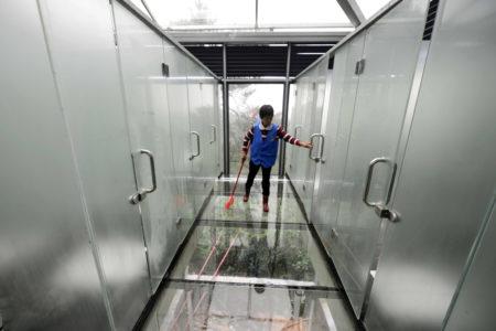 湖南的玻璃厕所,男女厕只有一面玻璃相隔,朦胧可见。 (STR/AFP/Getty Images)
