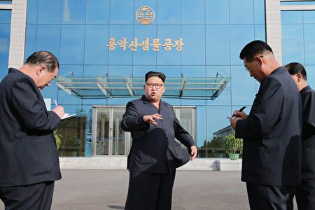 失蹤11天的朝鮮領導人金正恩,週二(18日)在剛完工的眼科醫院露面。圖為今年9月30日參訪柳京泉水公司。(KCNA/AFP/Getty Images)