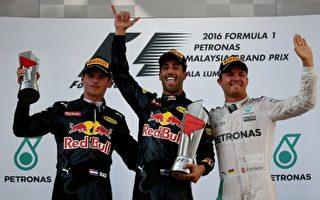 "F1大奖赛马来西亚站红牛车队里卡多(中)和小维斯塔潘(左)包揽冠亚军,梅赛德斯罗斯伯格""幸运""收获第三名。(MANAN VATSYAYANA/AFP/Getty Images)"