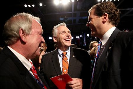 副总统竞选人辩论会会场内,白宫前新闻发言人Mike McCurry(左), 维吉尼亚州州长Terry McAuliffe(中)和朗沃德大学校长W. Taylor Reveley IV在辩论会开始前交谈。(Win McNamee/Getty Images)