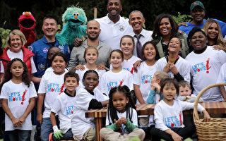10日6日下午,美国第一夫人米歇尔最后一次以白宫女主人身份,邀请青少年一起为白宫菜园收菜,庆祝丰收。美国总统奥巴马也意外现身。(Chip Somodevilla/Getty Images)