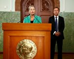 周五(10月7日)挪威诺贝尔委员会在奥斯陆宣布,将本年度诺贝尔和平奖授予现任哥伦比亚总统胡安•曼努埃尔•桑托斯。(HEIKO JUNGE/AFP/Getty Images)
