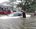 随着飓风马修逼近,佛罗里达州有150万海岸地带居民需紧急疏散。图为一辆汽车被淹在水中。(Joe Raedle/Getty Images)