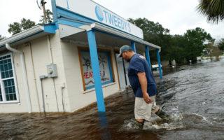 颶風馬修於週日凌晨降級為「熱帶氣旋」,48小時內造成美國18人死亡。( Brian Blanco/Getty Images)