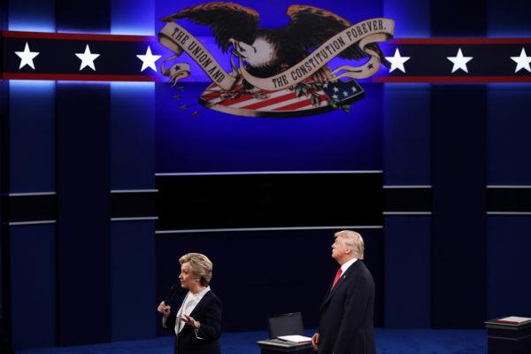 2016年10月9日,川普与希拉里在密苏里州圣路易斯华盛顿大学进行第二次总统辩论。(Win McNamee/Getty Images)