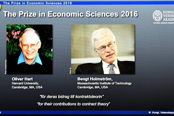 10月10日,位于斯德哥尔摩的瑞典皇家科学院把2016年的诺贝尔经济学奖授予了哈佛大学的奥利弗-哈特(Oliver hart,左)和麻省理工学院的本格特-霍斯特罗姆(Bengt Holmstr?m,右)。 ( JONATHAN NACKSTRAND/AFP/Getty Images)