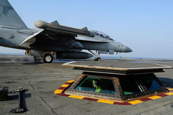 """美军派出里根号核动力航空母舰战斗群参与美韩10月10日开始在代号为""""2016无敌精神""""的大规模海上联合军事演习。(Getty Images)"""