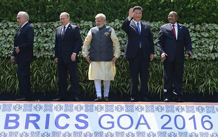 """10月16日,""""金砖五国"""" 峰会期间,5国领导人进行集体合影。(MONEY SHARMA/AFP/Getty Images)"""