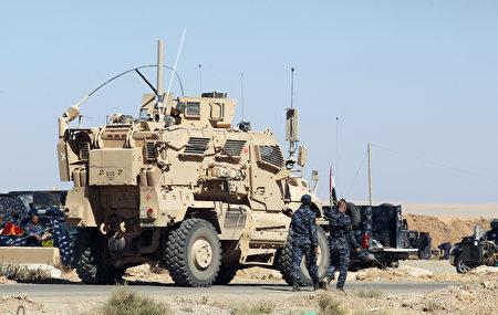 伊拉克總理週日宣布,將對極端組織伊斯蘭囯(IS)展開重大軍事進攻,奪回摩蘇爾。圖為伊拉克軍隊在該市以南60公里處。(AHMAD AL-RUBAYE/AFP/Getty Images)
