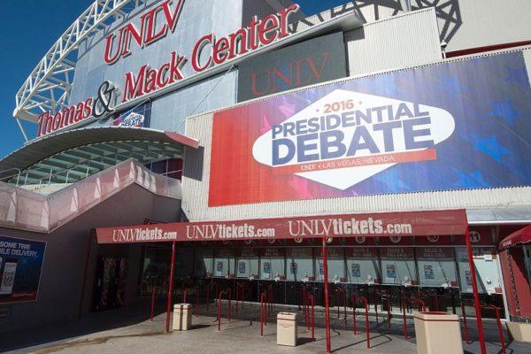 """周三(19日)川普和希拉里将在拉斯维加斯进行最后一场电视辩论。川普近期在民调中多处于劣势,舆论认为,这场辩论可能是两人最后一个""""生死攸关""""的时刻,是川普扭转选情的最后机会。 (PAUL J. RICHARDS/AFP/Getty Images)"""