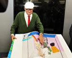 英國畫家兼多媒體藝術家郝克涅(David Hockney)在法蘭克福書展上展示他的巨型書。(Hannelore Foerster/Getty Images)