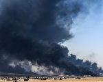 圖為10月18日,IS分子點燃油井以圖阻止伊軍的進攻。     ( BULENT KILIC/AFP/Getty Images)