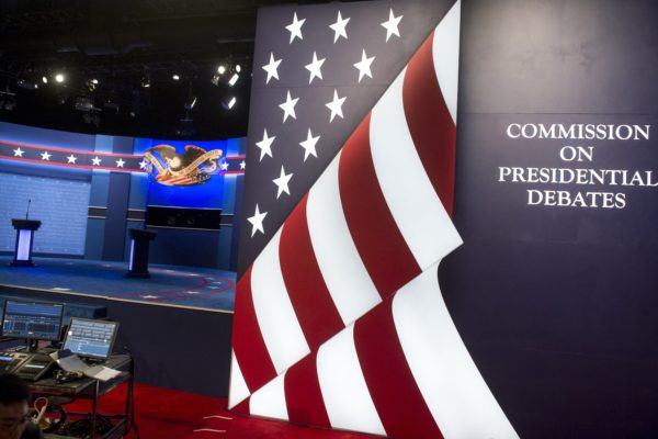 周三(19日)晚,美国总统大选最后一场电视辩论将在拉斯维加斯登场。美国媒体认为,这可能是川普与希拉里最后一个攸关成败的时刻,是川普逆转选情的最后契机。(SAUL LOEB/AFP/Getty Images)
