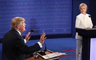 19日晚,美国总统大选末场辩论中,川普与希拉里再度激烈舌战,紧张中不乏幽默,交手中妙语跌出,其中多个场面更是火爆网络。 (MARK RALSTON/AFP/Getty Images)