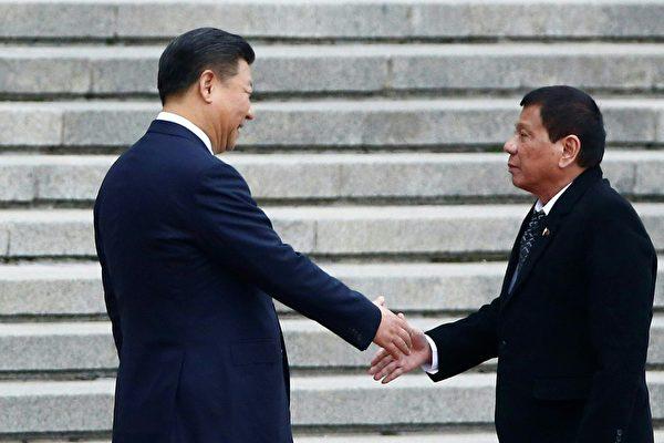 10月20日,一向毒舌的杜特尔特对北京做出奉承之姿,同意通过双边谈判、而非法律诉讼来解决南海领土争议。(THOMAS PETER/AFP/Getty Images)