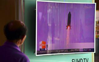 朝鮮領導人金正恩懷疑彈道導彈試射屢屢失敗的原因與間諜活動有關,並已展開調查。圖為一名男子10月20日觀看朝鮮試射導彈的新聞,當天是朝鮮在該週第二次試射導彈,但都失敗。(JUNG YEON-JE/AFP/Getty Images)