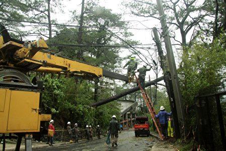"""超级台风""""海马""""肆虐菲律宾北部地区,非正式统计显示,夺走至少7人性命,基础建设破坏严重。(STRINGER/AFP/Getty Images)"""