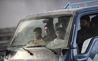 一個前ISIS士兵告訴外媒,他被要求射擊想要逃出ISIS控制的婦女和兒童,並以此嚇阻止他人逃跑。(BULENT KILIC/AFP/Getty Images)
