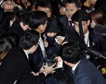 韓國總統朴槿惠的密友崔順實(中)到首爾中央地方檢察廳開始接受調查 (center)。( Woohae Cho/Getty Images)