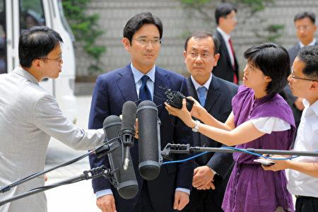三星王国实际掌权的李在镕(中)如在Note 7危机因应得宜,有可能在月底举行的董事会中接班。(JUNG YEON-JE/AFP/Getty Images)