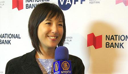 图:温哥华亚洲电影节艺术总监Grace Chin正在介绍本届电影节情况。(大纪元图片)