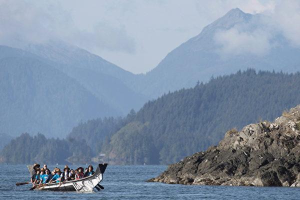 卑诗省海岸附近的加拿大古老群岛海达瓜依(Haida Gwaii)是首选的观光目的地。图为威廉王子伉俪今年访问加西时在海达瓜依游览。(加通社)