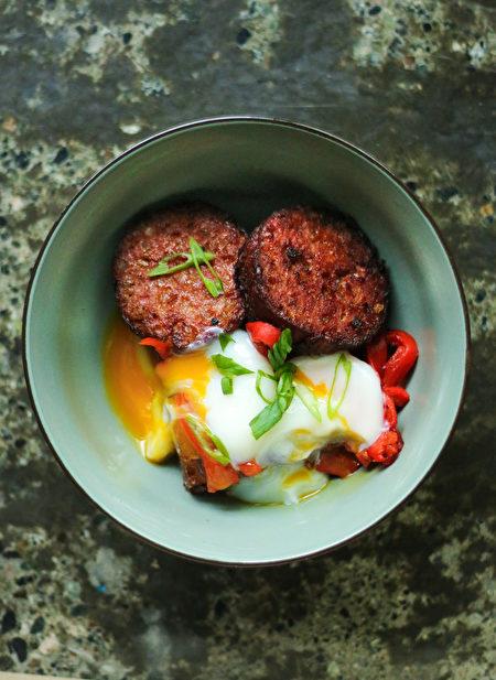 图:Cotechino Breakfast Bowl 意大利香肠早餐,其中的自制意大利熏猪肉香肠,是意大利人年夜饭中的经典。(图片由SMC Communications / Heritage Asian Eatery提供,摄影:Amy Ho)