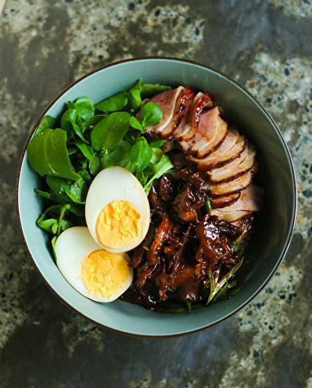 图:DUCK RICE BOWL鸭肉饭,法式鸭胸肉搭配秘制鸭肉丝,鸡蛋和时令蔬菜(图片由SMC Communications / Heritage Asian Eatery提供,摄影:Amy Ho)