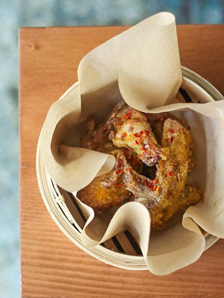 图:FIVE SPICE CHICKEN WINGS五香炸鸡翅经过24小时的腌制,外皮香脆,肉质甘甜嫩滑,略带一点点微辣,是店内热卖菜品。(图片由SMC Communications / Heritage Asian Eatery提供,摄影:Amy Ho)