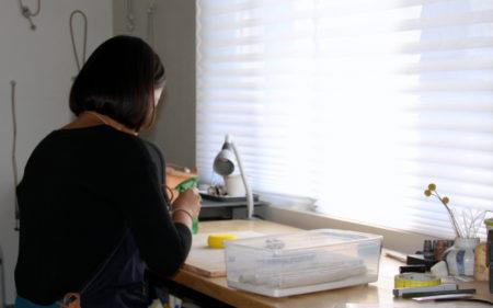 洪凱佳在車庫改造的工作室裡設計、生產自己的產品。(徐曼沅/大紀元)