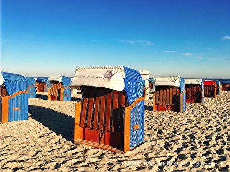海邊的沙灘椅(清颻/大紀元)