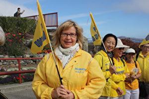 来自瑞典的法轮功学员Pirjo Svensson参加金马大桥游行。(骆亚/大纪元)