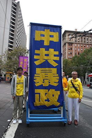 来自台湾的历史专业大学生于以澄(左一)介绍,在小学三年级就开始修炼法轮至今12年了。(骆亚/大纪元)