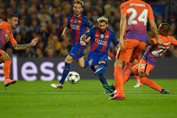 "巴萨在主场4-0大胜曼城。梅西(中)上演了""帽子戏法""。 (LLUIS GENE/AFP/Getty Images)"