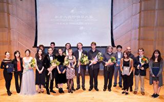2016年新唐人电视台国际钢琴大赛冠军脱颖而出,荣获金奖的是加拿大选手列夫克维奇(Dmitri Levkovich);俄罗斯选手斯塔罗杜波采夫(Evgeny Starodubtsev)夺得银奖;另一位俄罗斯选手库达科夫(Oleg Khudyakov)摘取了铜奖。图为所有获奖者合影。(戴兵/大纪元)