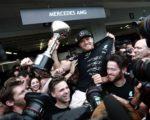 德国车手罗斯伯格首次在日本站登顶,同助梅赛德斯车队提前四站锁定年度车队总冠军。 (BEHROUZ MEHRI/AFP/Getty Images)