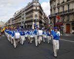 來自歐洲十幾個國家的法輪功學員齊聚法國,10 月1 日上午在巴黎的最繁華街區集會遊行。(欣然/大紀元)