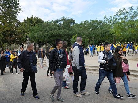 中國遊客經過天國樂團前感到震撼。 (欣然/大紀元)
