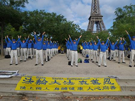 歐洲天國樂團在巴黎鐵塔前。 (欣然/大紀元)