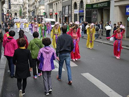 中國遊客在遊行隊伍前進過。(大紀元)
