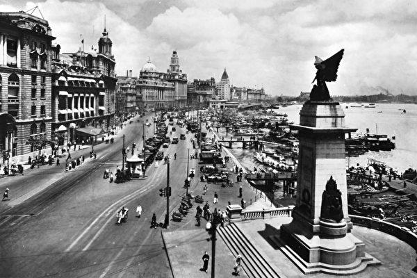 1928年的上海外滩,图右下角建筑为欧战纪念碑。(公有领域)