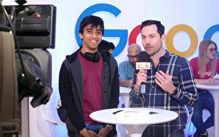 第一位在10月21日在Telstra買到Google手機Pixel的顧客。(Tesltra提供)
