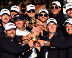 美国队以17比11大胜欧洲队,时隔八年再次夺得莱德杯。 (Ross Kinnaird/Getty Images)