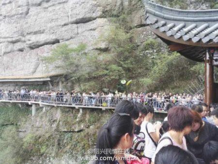 1日,浙江新昌縣「穿巖十九峰」景區有1.5萬遊客,遊客觀賞玻璃棧道需排隊4小時。(網絡圖片)