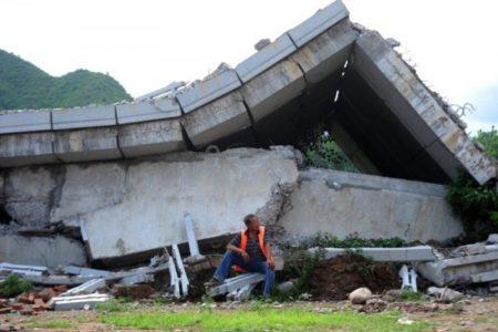 北京怀柔区白河大桥被超载大货车压塌。(网络图片)