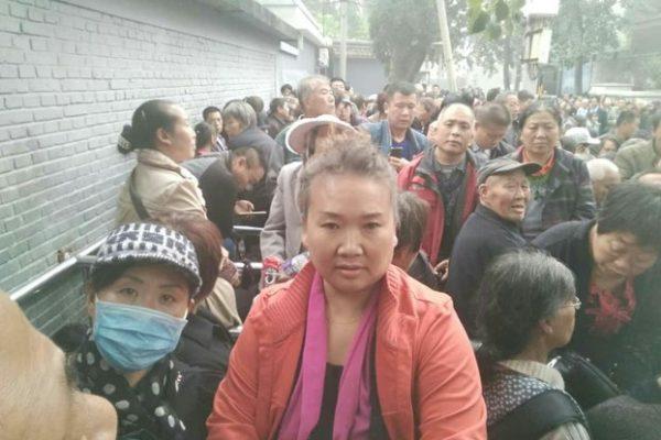 10月19日,大陆29个省市区超过一万名民办及代课教师,在北京国家信访局外发起集体上访行动。(上访者提供)