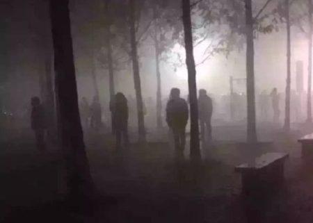 北京大媽們在嚴重霧霾的清晨跳廣場舞。(網絡圖片)