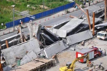 杭州城区德胜东路02标的一座正在拆除跨线桥突然坍塌,造成1死3伤的惨祸。(网络图片)