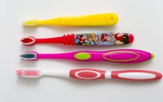 纽约牙医郭巧玲建议,可以给孩子选择适合儿童的不同大小的软毛牙刷。(张学慧/大纪元)