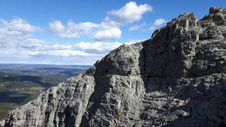 峭壁之路,必须依靠嵌于石中的铁鍊前行。